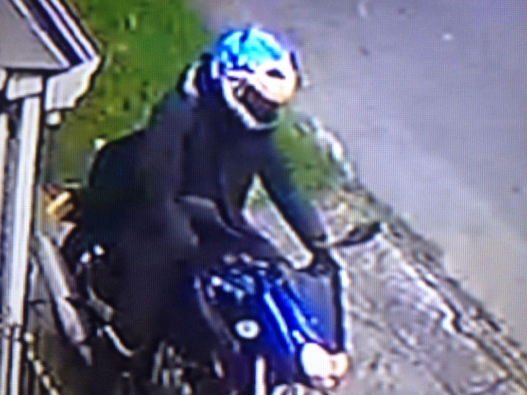 Ladrón de celulares que opera en el barrio Normandia sector II, en comlicidad con unos ciclistas.